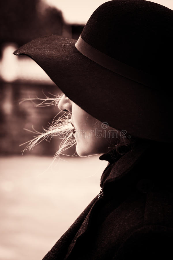 少妇减速火箭的画象秋天帽子的 库存照片