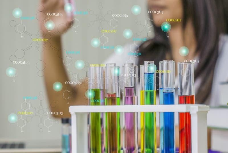 少妇化学家,工作实验室,检查在手中测试成套工具与测试样品, 免版税库存照片