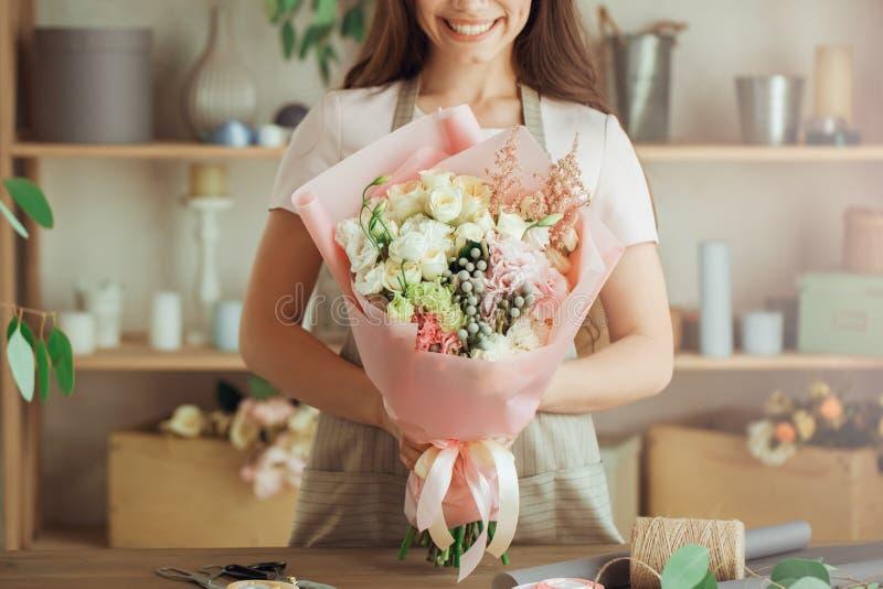 少妇卖花人职业与花一起使用 免版税库存图片