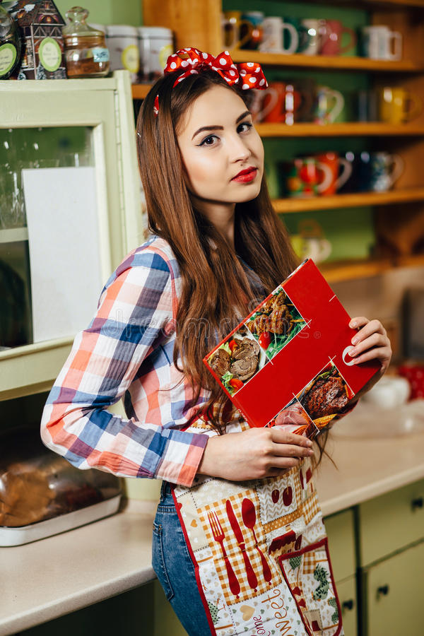 少妇厨师在厨房里 免版税库存照片