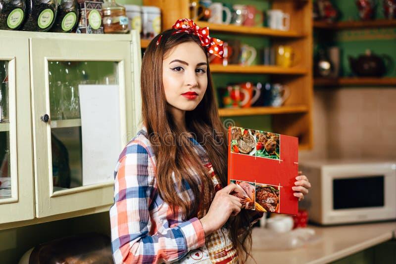 少妇厨师在厨房里 免版税库存图片