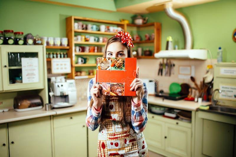 少妇厨师在厨房里 免版税图库摄影