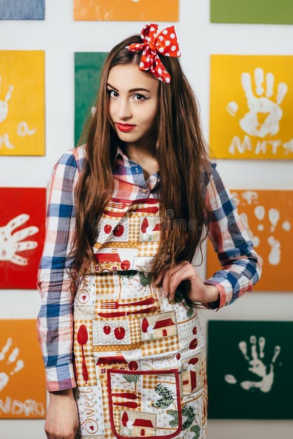 少妇厨师在厨房里 库存照片