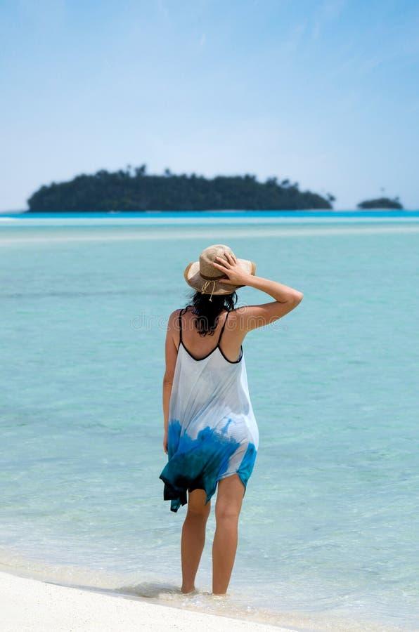 少妇参观Aitutaki盐水湖库克群岛 免版税库存照片