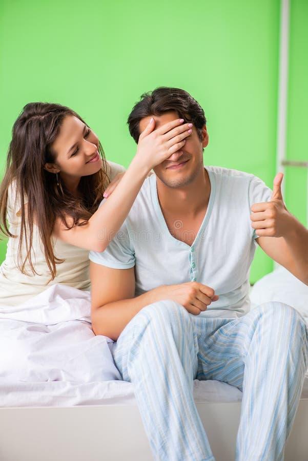 少妇可安慰的失望的无能为力的丈夫 免版税库存图片