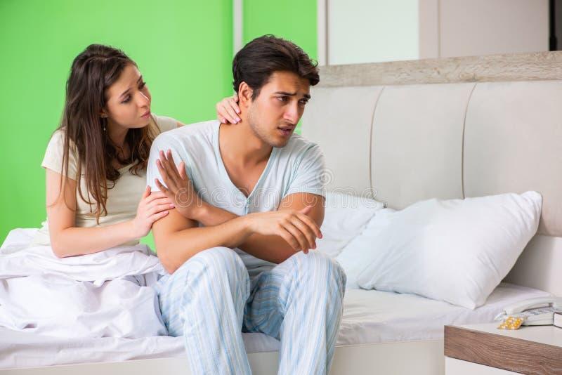 少妇可安慰的失望的无能为力的丈夫 免版税库存照片