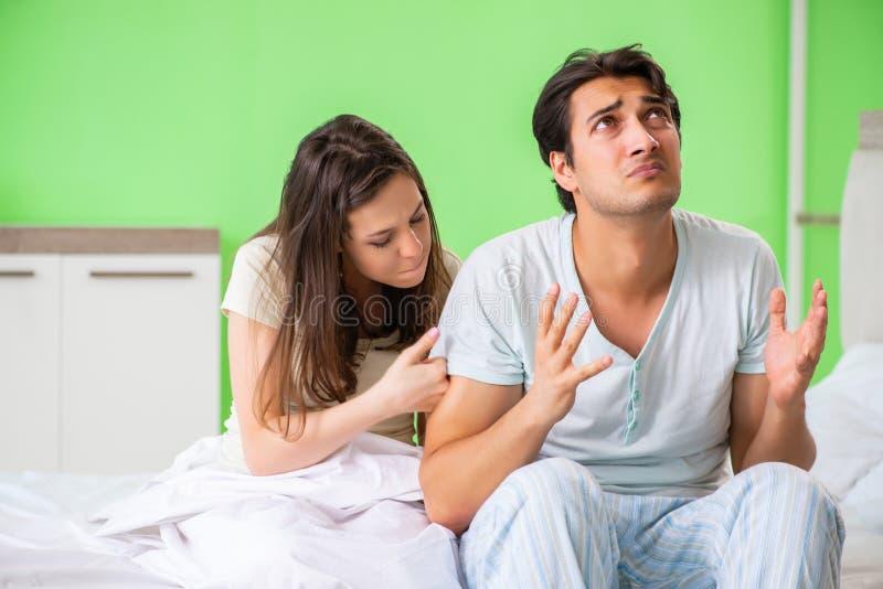 少妇可安慰的失望的无能为力的丈夫 库存照片