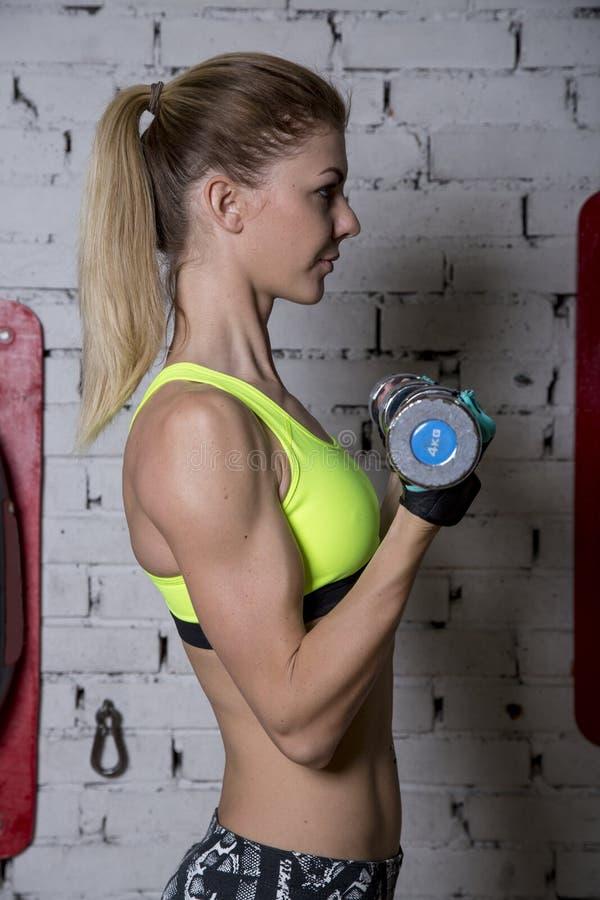 少妇向体育求助在健身房 免版税库存图片