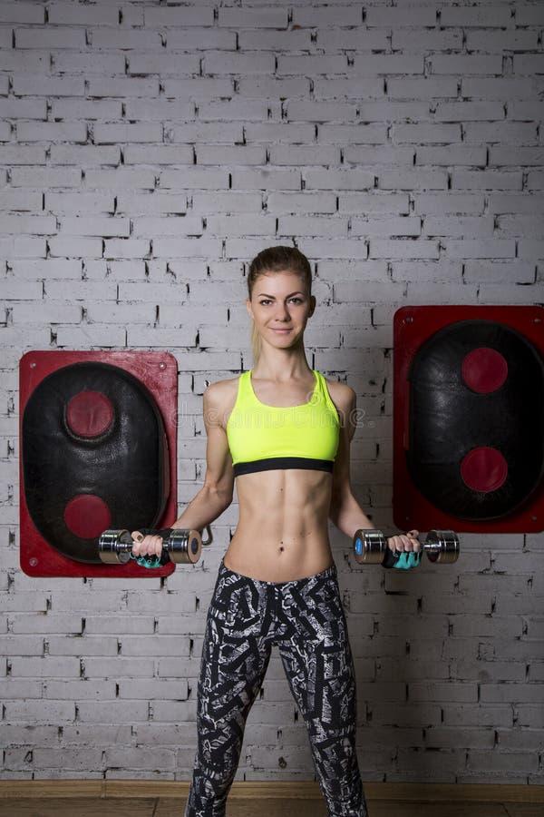 少妇向体育求助在健身房 库存照片