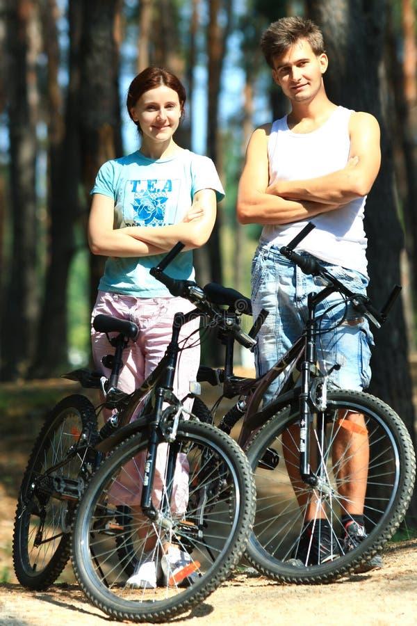 Download 少妇和人有自行车的 库存照片. 图片 包括有 骑自行车的人, 英俊, 乘驾, 周末, 愉快, 森林, 公园 - 30326300