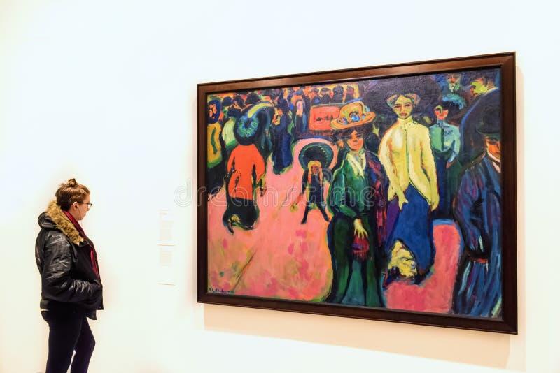 少妇和厄恩斯特・路德维格・基尔什内绘画 免版税图库摄影