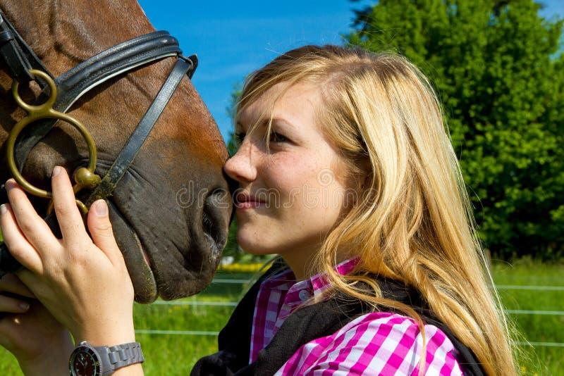 少妇和她的马 免版税库存图片
