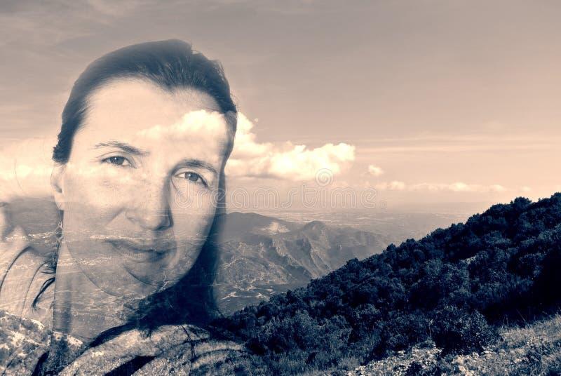 少妇和风景小山的两次曝光图象;单色 库存图片