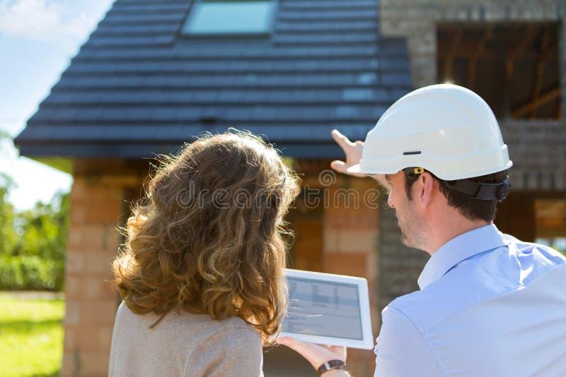 少妇和建筑师建造场所的 免版税库存图片