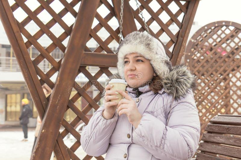 少妇喝在街道上的咖啡 库存照片