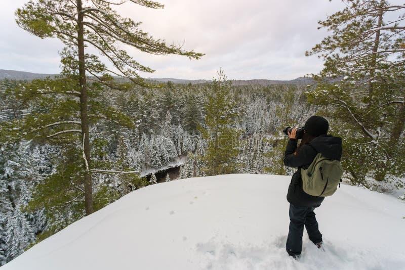 少妇在冬天拍照片 免版税库存照片