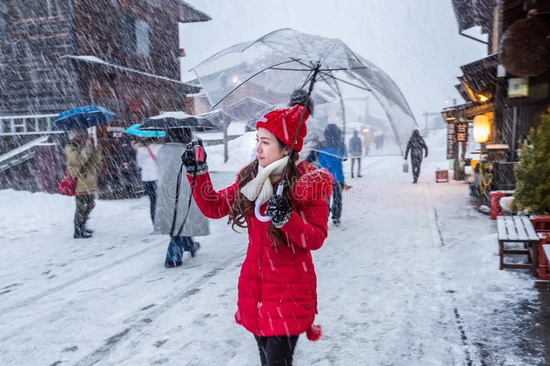 少妇在冬天白川町去村庄,联合国科教文组织世界遗产,日本 库存照片