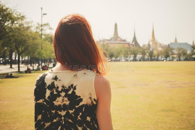 少妇在宫殿的公园 免版税库存图片
