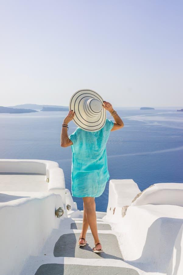 少妇在度假,圣托里尼 免版税图库摄影