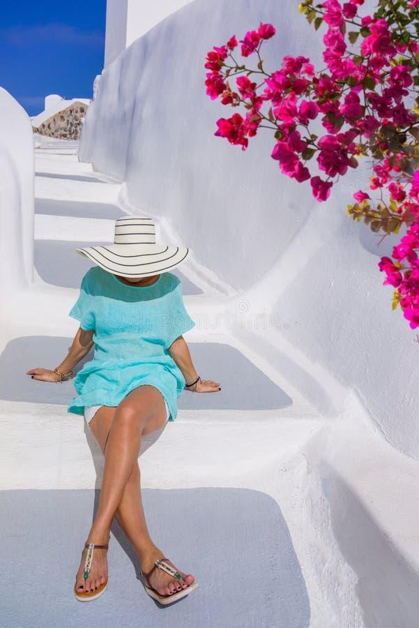 少妇在度假,圣托里尼 图库摄影