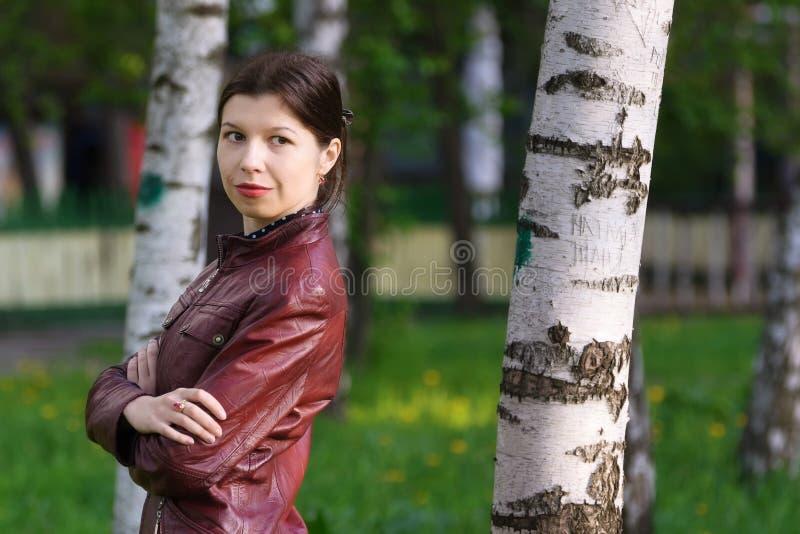 少妇在桦树树丛里在春天2 库存图片