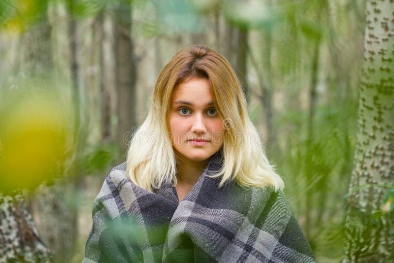 少妇在森林里 库存照片