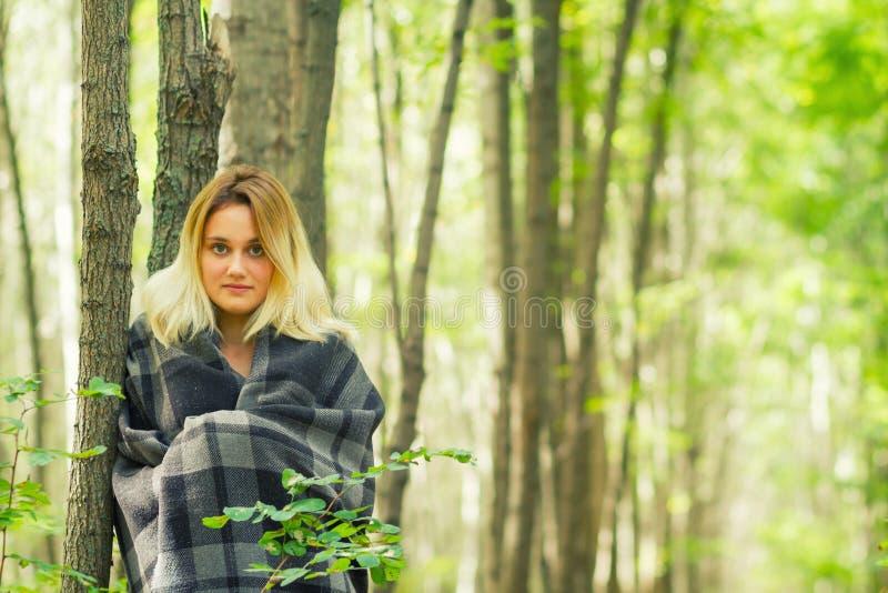少妇在森林里 免版税图库摄影