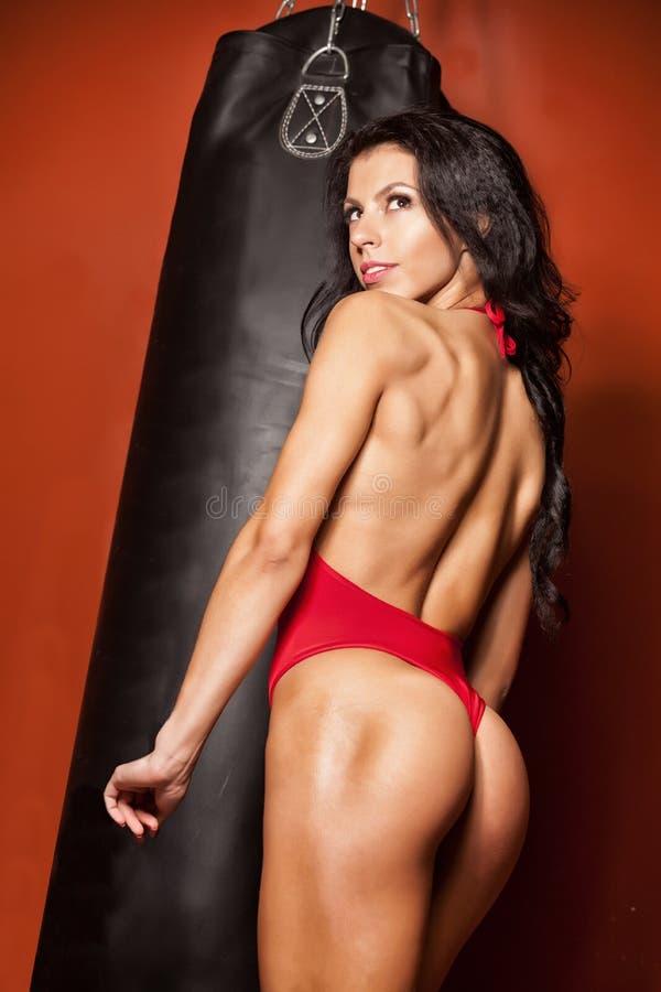 Download 少妇在沙袋前面的健身拳击 库存图片. 图片 包括有 编译, 运动员, 颜色, 放血, 女性, 体操, 适应 - 72366967