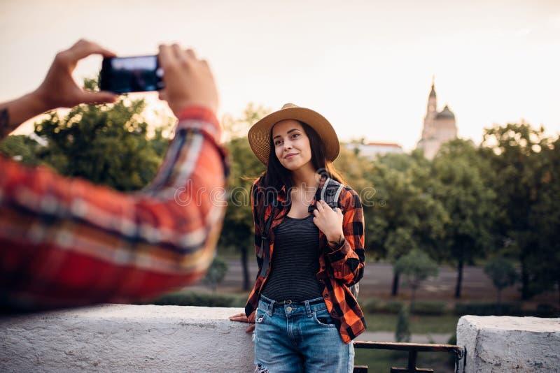 少妇在游览摆在旅游镇 免版税图库摄影