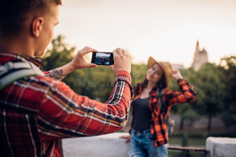 少妇在游览摆在旅游镇 免版税库存图片