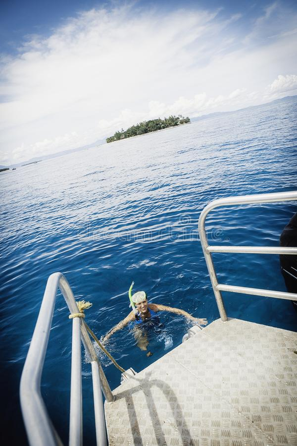 少妇在热带海洋snorkling 图库摄影