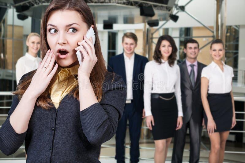 少妇在电话里说 免版税库存图片
