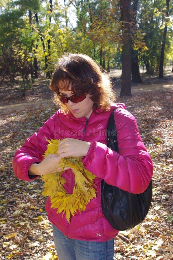 少妇在秋天森林里 库存照片