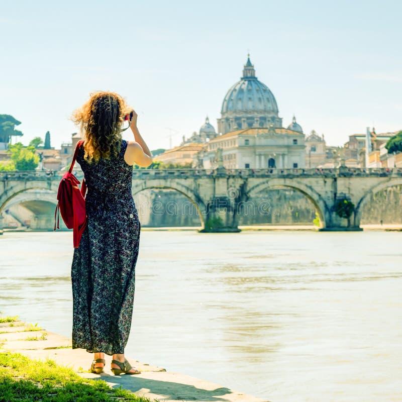 少妇在罗马拍摄圣皮特圣徒・彼得大教堂  库存照片