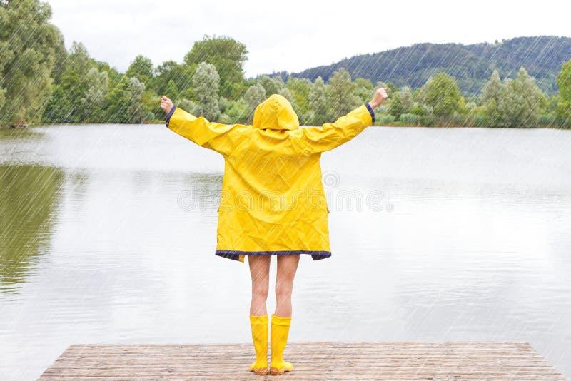 少妇在雨中 图库摄影