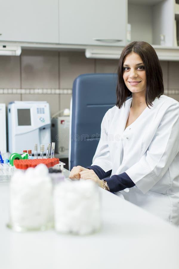 少妇在医学实验室 免版税库存照片