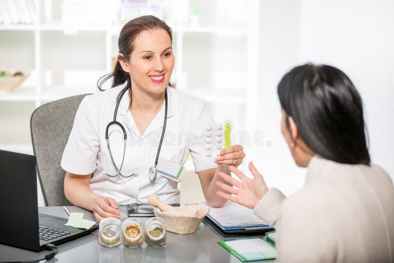 少妇在医生homeopaths的一个办公室 免版税库存图片