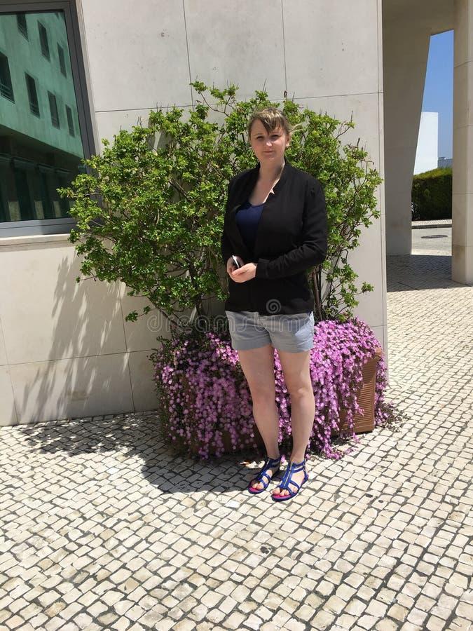 少妇在Oeiras,葡萄牙 免版税库存照片