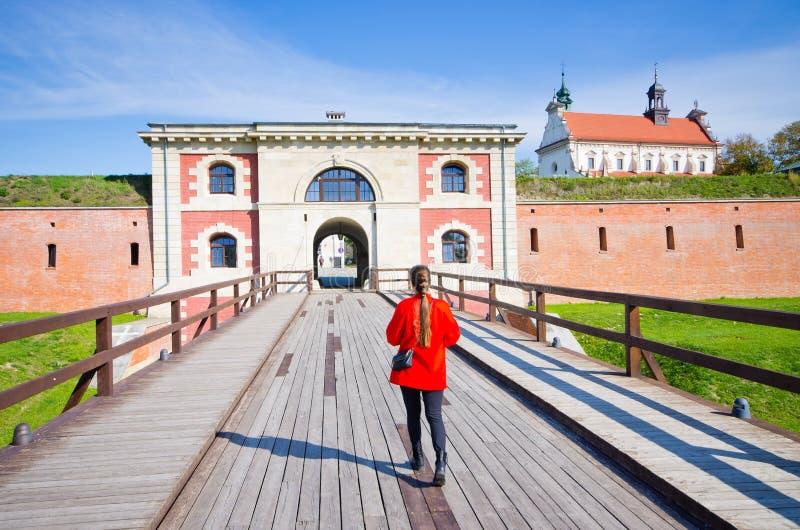 少妇在Zamosc,波兰 免版税库存照片