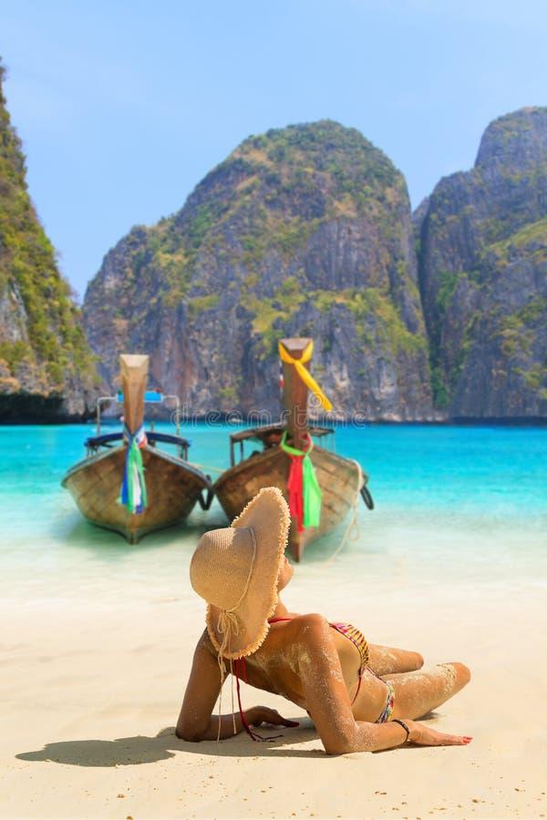 少妇坐海滩在发埃发埃Leh Isla的玛雅人海湾 库存照片