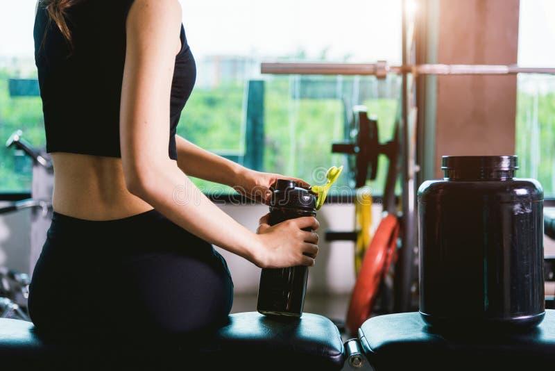 少妇女孩喝的震动蛋白质在训练worko以后 图库摄影