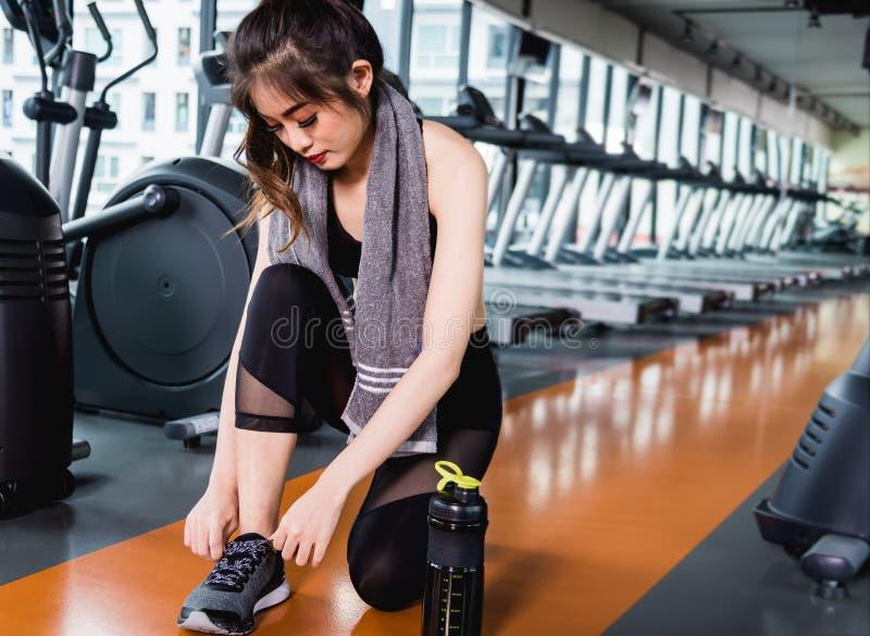 少妇女孩栓被栓的鞋带的生活方式体育穿上鞋子befor 免版税库存图片