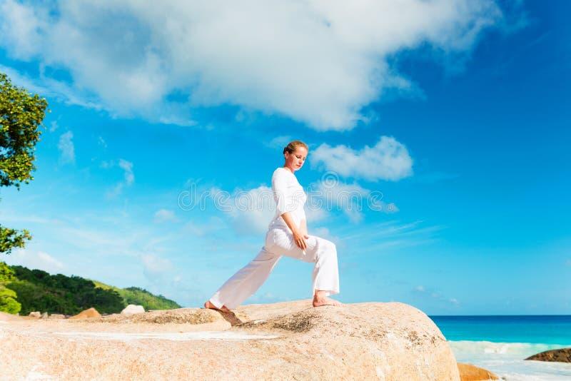 少婦實踐在海灘的瑜伽圖片