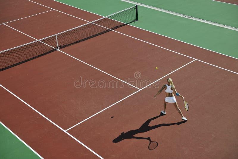 少妇室外作用的网球 库存照片