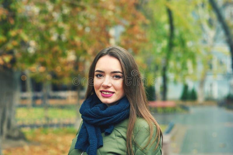 少妇室外画象在秋季城市 免版税库存图片