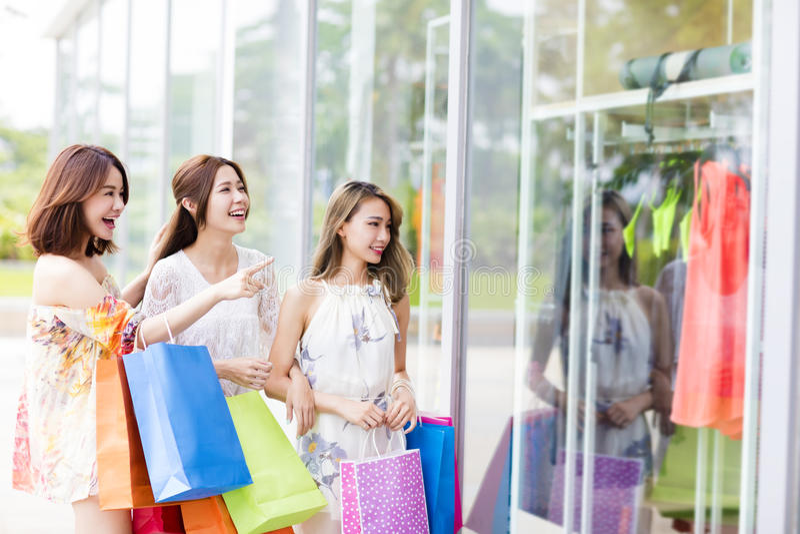 Download 少妇小组运载的购物袋 库存图片. 图片 包括有 beautifuler, 存在, 聚会所, 偶然, 生活方式 - 72370657