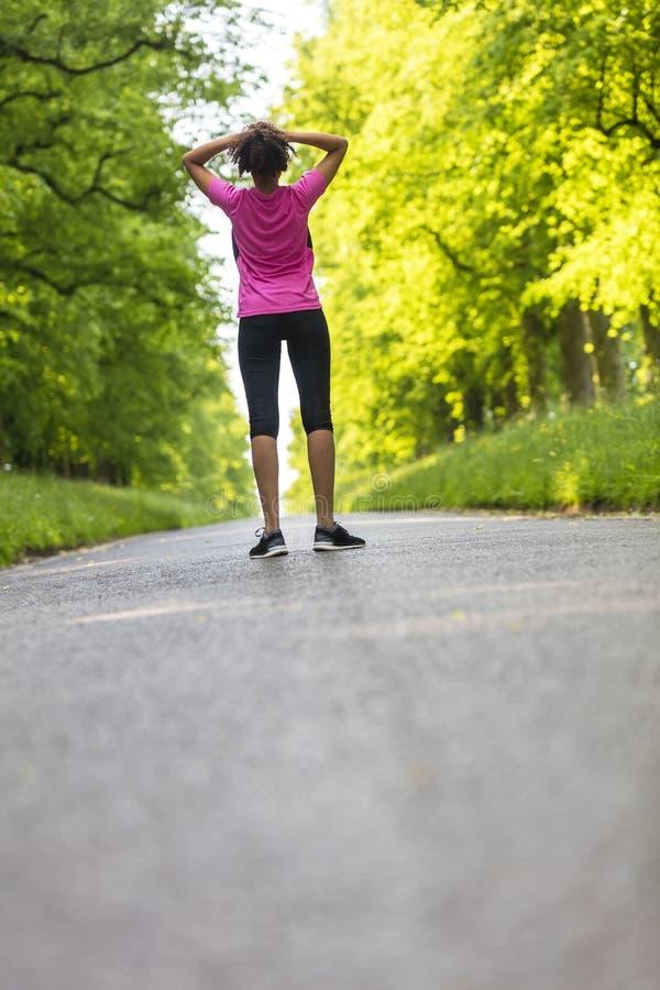 少妇少年健身路跑的休息 图库摄影
