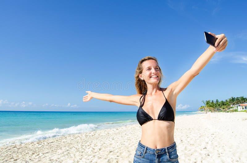 少妇展示海滩 库存照片