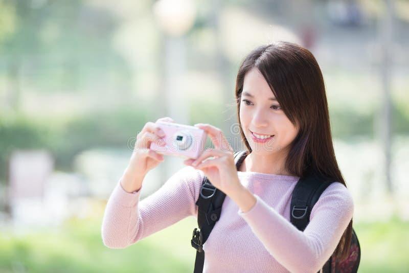 少妇微笑作为selfie 免版税库存照片