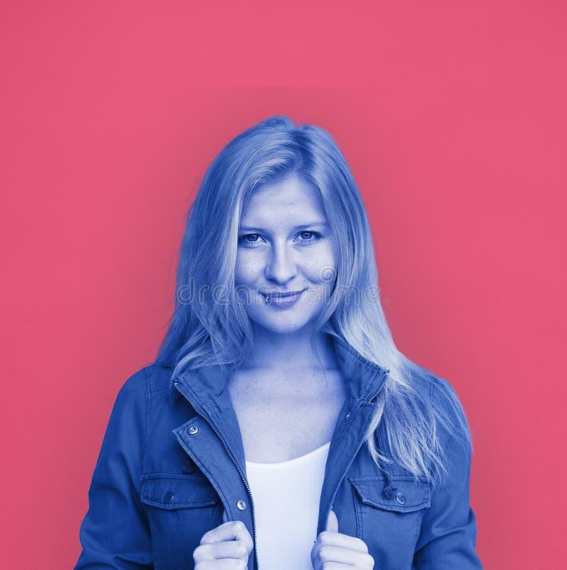 少妇微笑的快乐的概念 免版税库存图片